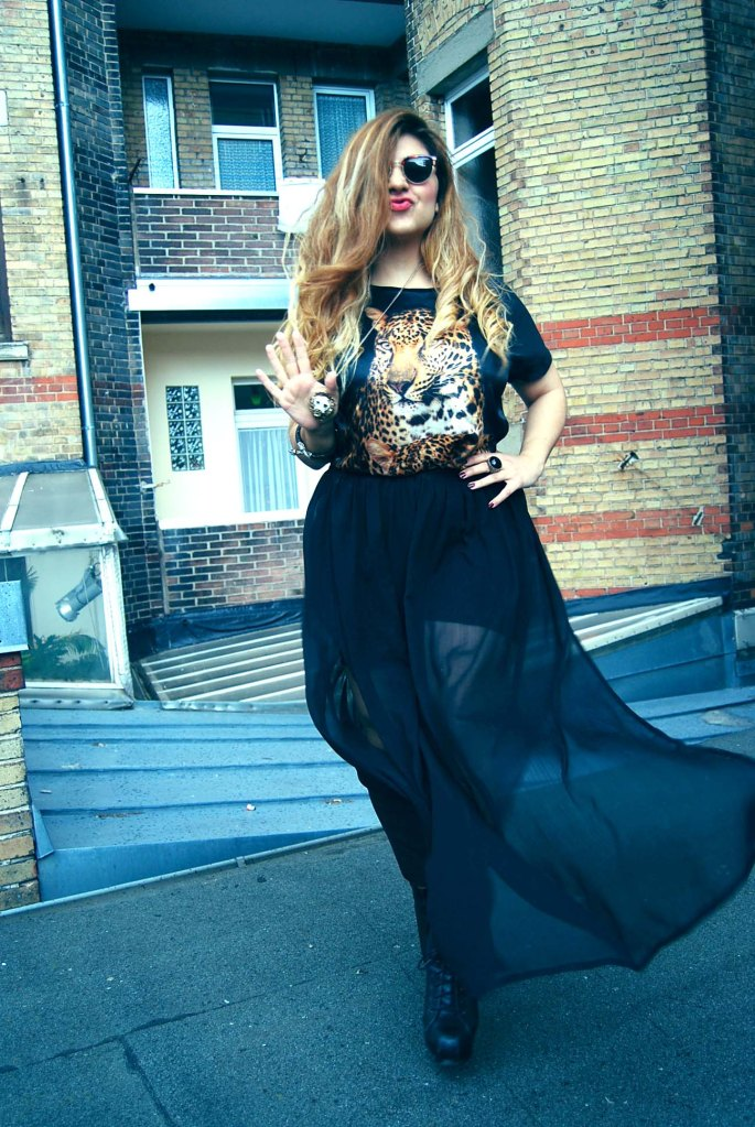 Necklace: Asos / Sunglasses: Vintage / Top: Forever21 / Skirt: Primark
